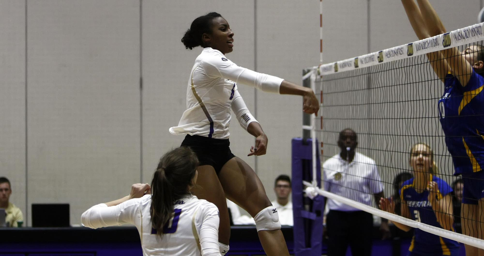 Women's Volleyball: Dukes Cap Undefeated Week With 3-1 Victory Over Hofstra